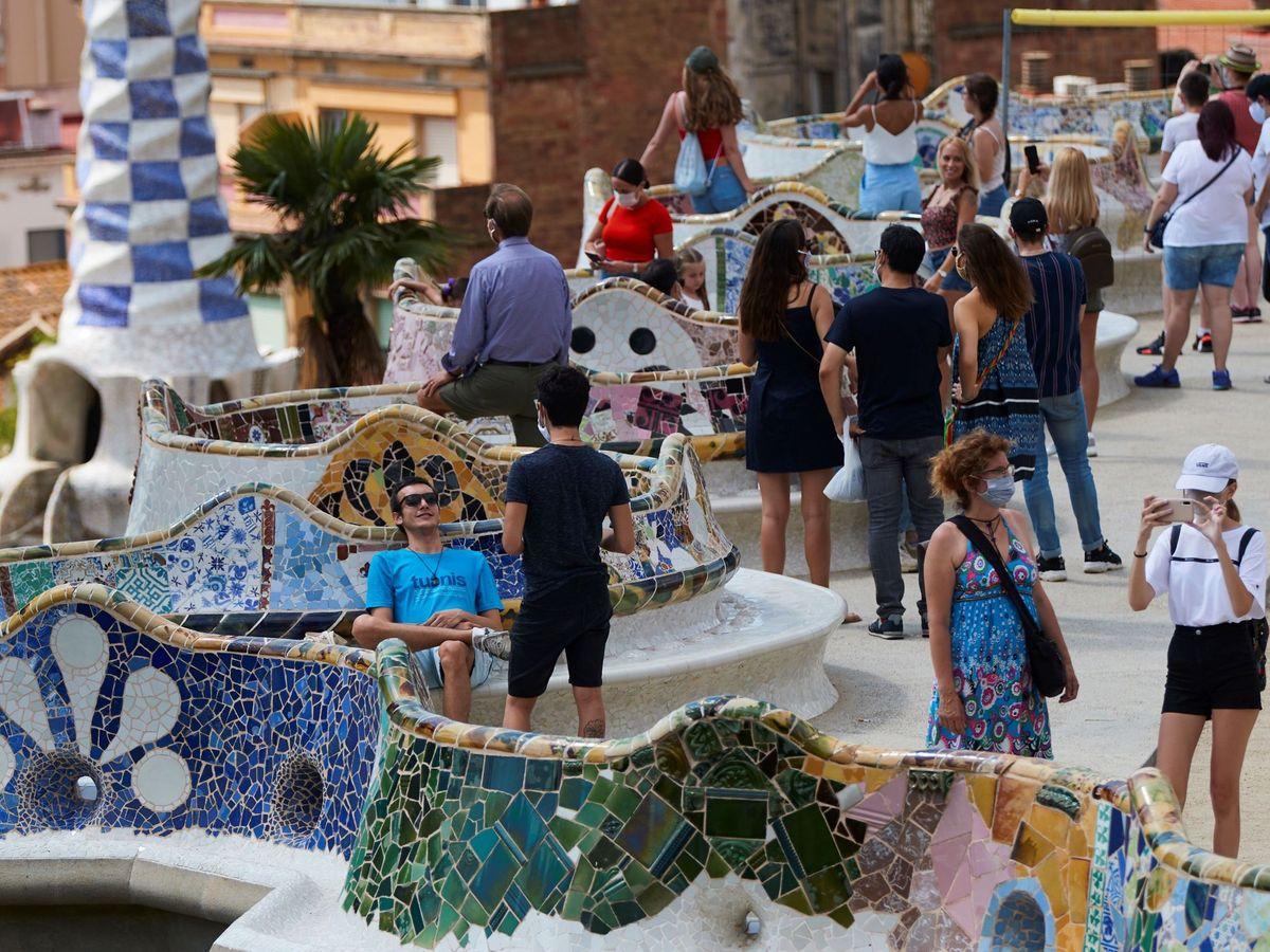 Foto: Varios visitantes en el parque Güell de Barcelona. (EFE)