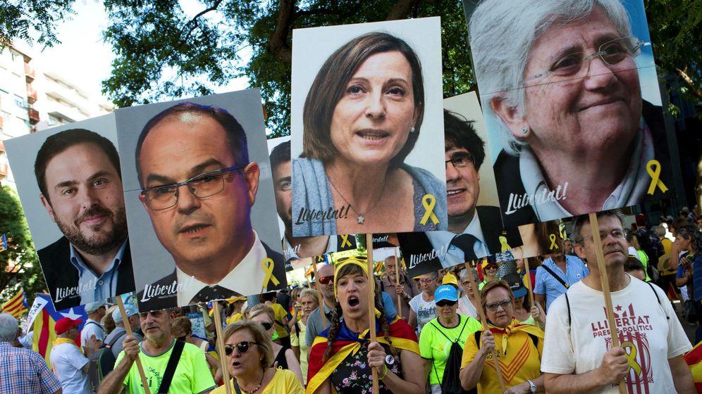 Foto: Miles de personas claman en Barcelona por la libertad de los políticos presos y el regreso de los huidos. (EFE)