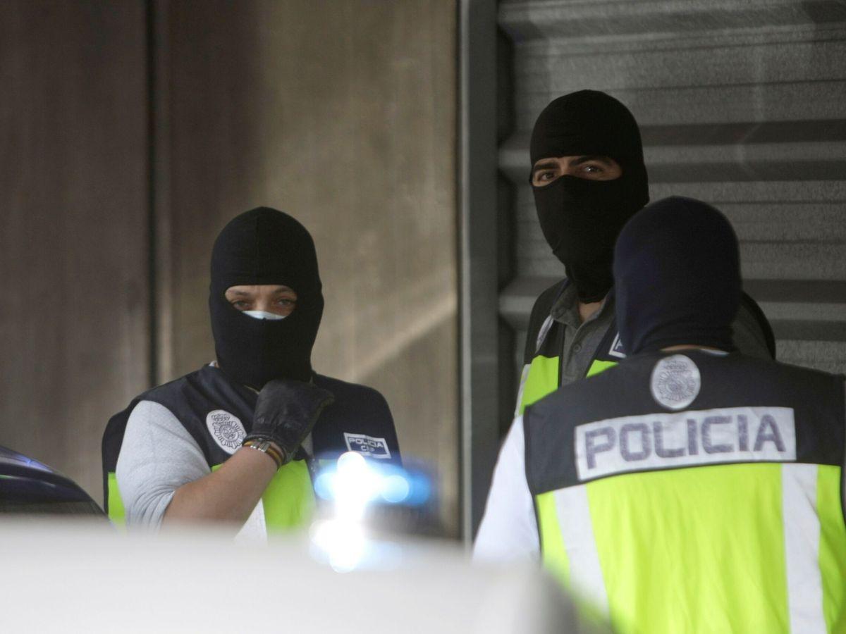 Foto: Agentes de la Policía Nacional, fotografiados durante la llegada de los cuatro detenidos por el homicidio de Samuel Luiz este viernes. (EFE)
