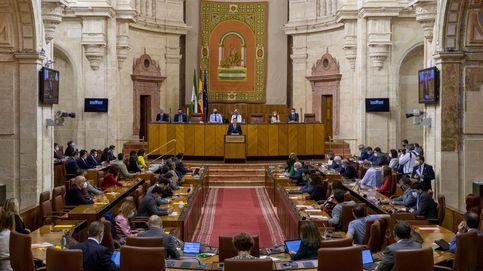 El Parlamento andaluz ordena retirar la bandera de Falange... y la del orgullo gay