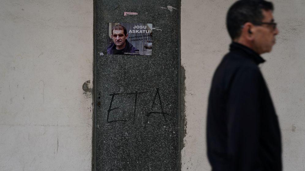 Foto: Un hombre camina frente a un póster de Ternera. (Reuters)