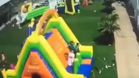 Impresionante accidente en una fiesta de castillos hinchables