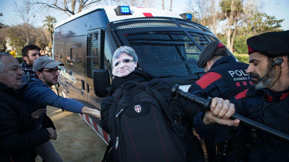 Incidentes frente al Parlament en apoyo a la investidura de Puigdemont
