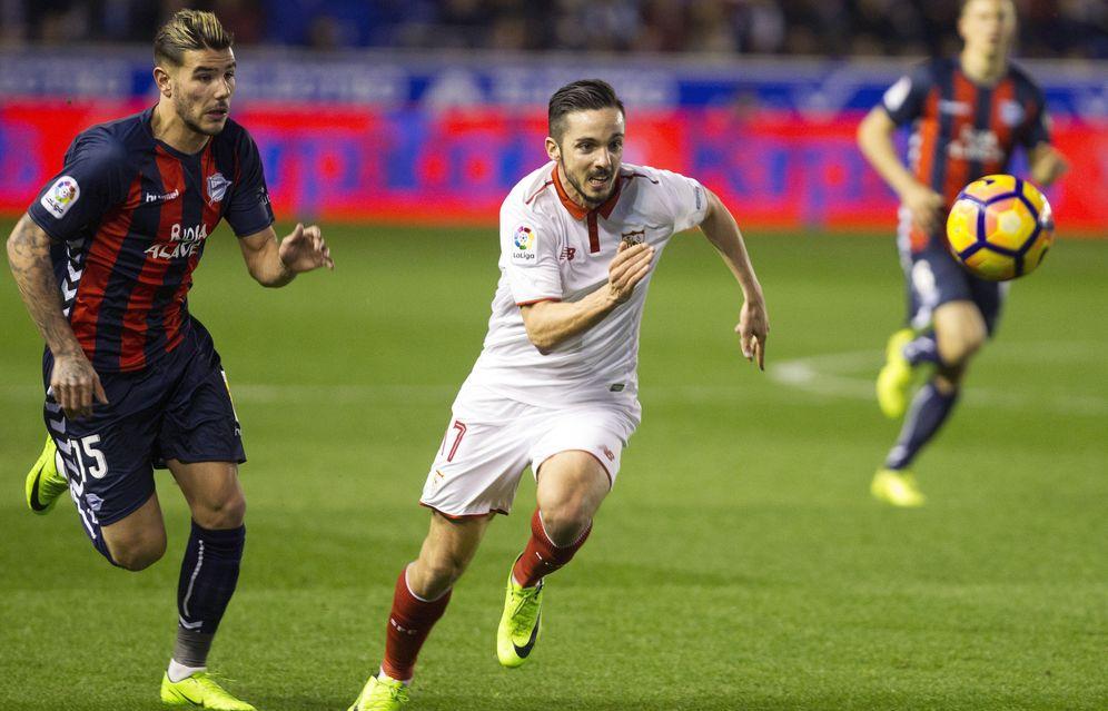 Foto: Theo Hernández, a la izquierda, durante el Alavés-Sevilla de esta temporada. (EFE)