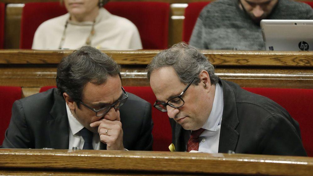 Foto: Los diputados de Junts per Catalunya Josep Rull (i) y Quim Torra (d), durante un pleno del Parlament. (EFE)