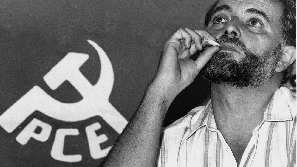Foto: Imagen de archivo datada el 28 de septiembre de 1989 de Julio Anguita en Anchuras (Ciudad Real).