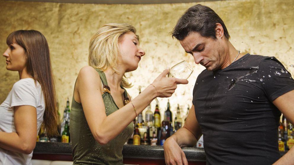 Cómo ligar (seguro) con una mujer en un bar, explicado por ellas