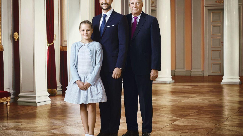 Foto oficial del rey Halard de Noruega y sus herederos, el príncipe Haakon y su hija, Ingrid Alexandra. (Efe)