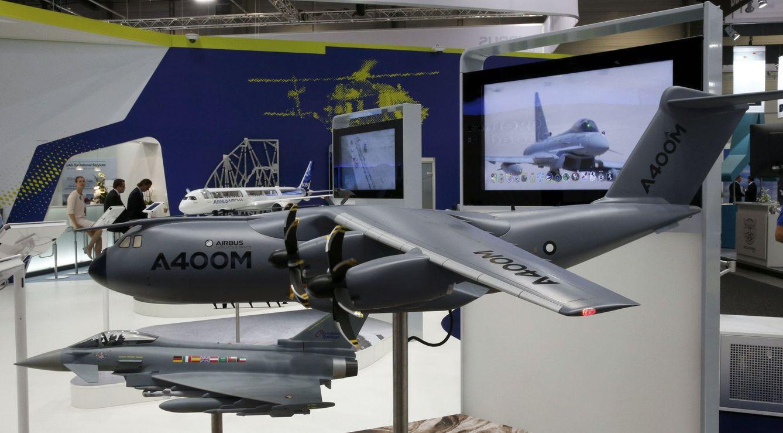 Un Airbus A400M (arriba) y un Eurofighter. (Reuters)