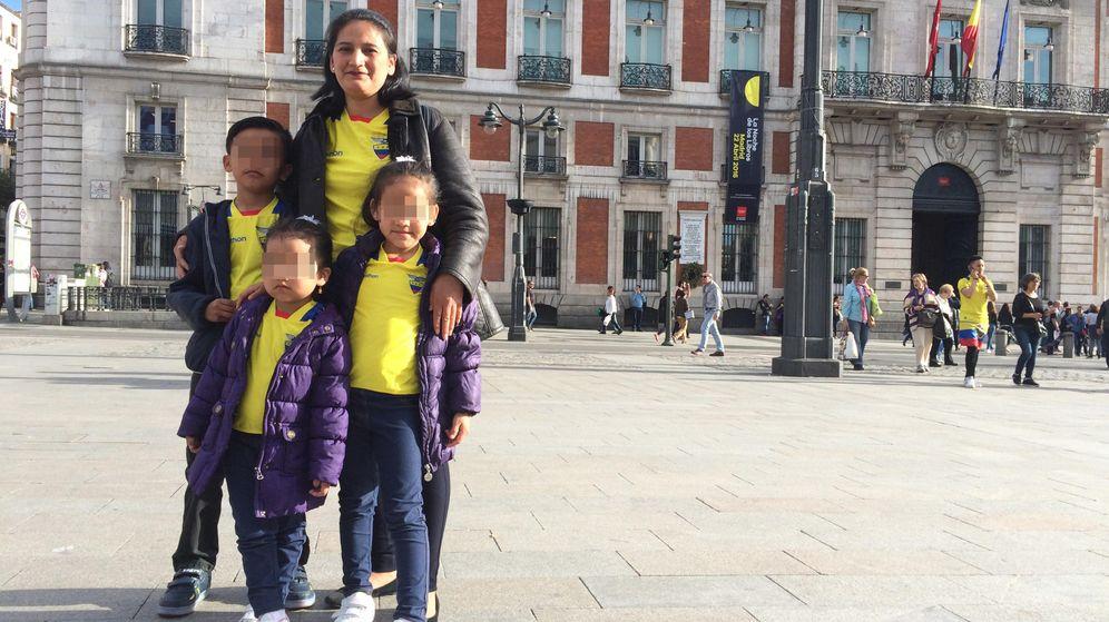 Foto: Mónica Sánchez, con sus tres hijos. (EC)