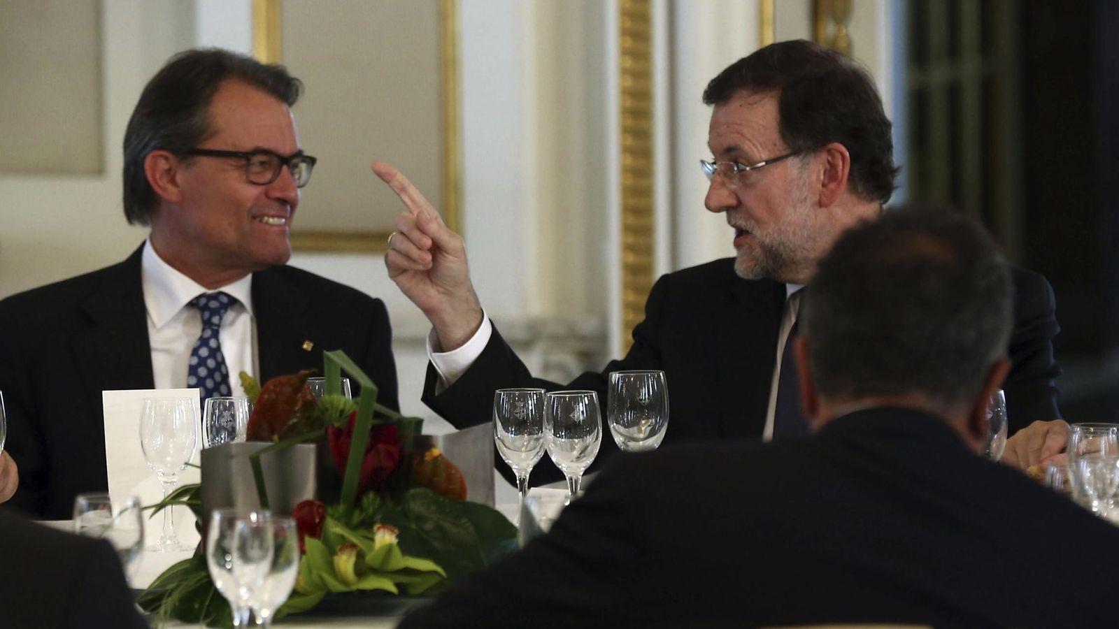 Foto: El presidente de la Generalitat, Artur Mas (i), y el presidente del Gobierno, Mariano Rajoy (d), durante un almuerzo del Salón del Automóvil. (EFE)