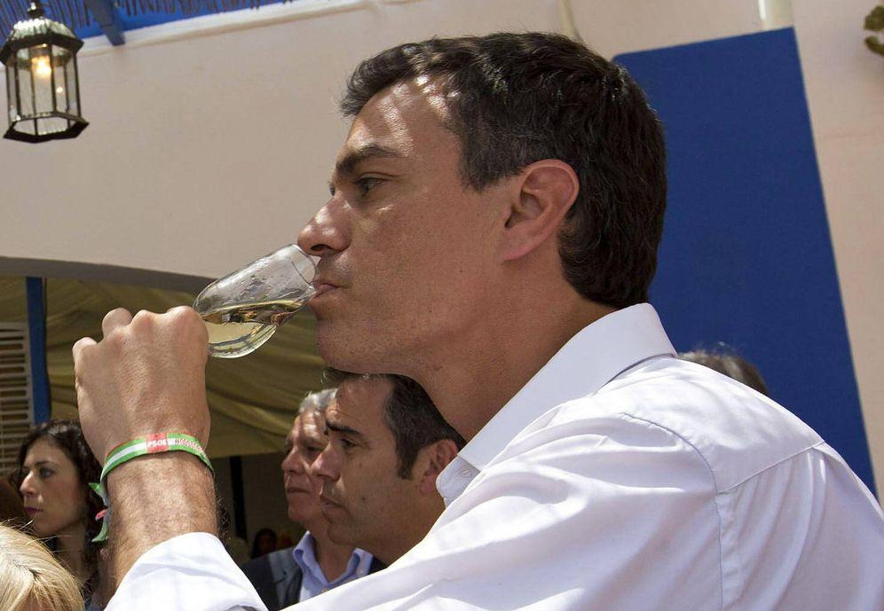 Foto: Pedro Sánchez tomándose un vino. (EFE)