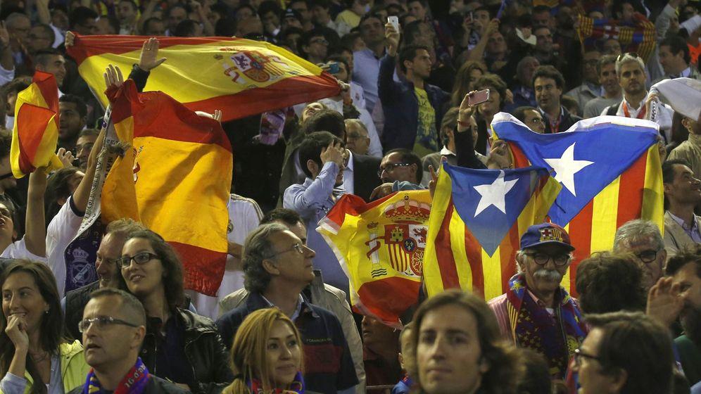 Foto: Aficionados del Real Madrid con la bandera española, y del FC Barcelona con la señera. (Reuters)