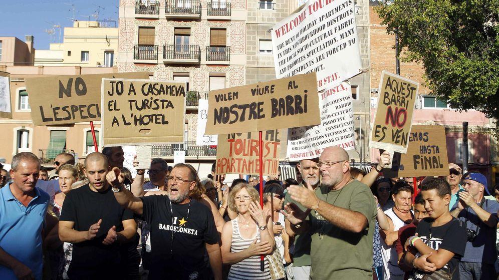 Foto: Vecinos de la Barceloneta protestan contra el denominado 'turismo de borrachera'. (EFE)