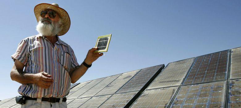 Foto: Un profesor de Física israelí muestra unos paneles solares (Reuters)