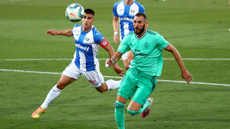 Unai Bustinza persigue a Benzema en el partido entre el Leganés y el Real Madrid. (Efe)