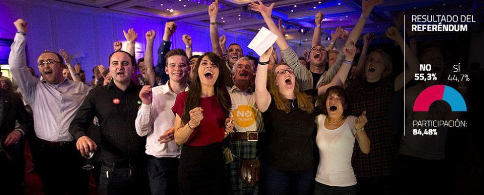 Foto: Activistas de la campaña contra la independencia celebran la victoria en su cuartel general de Glasgow (Reuters).