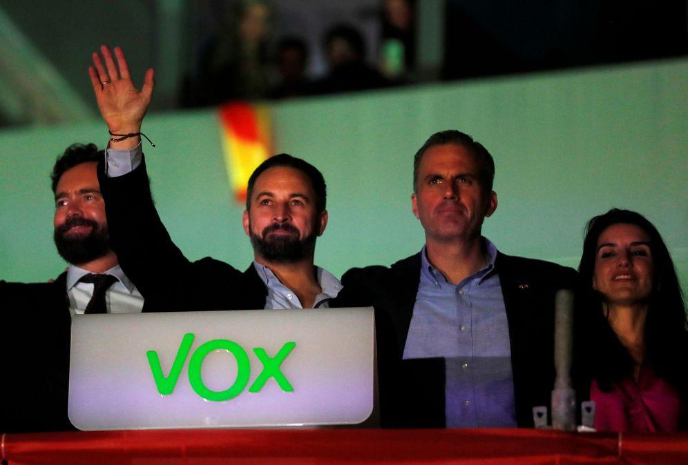 Foto: Santiago Abascal, Javier Ortega Smith, Rocío Monasterio e Iván Espinosa saludan a sus votantes en el balcón de Vox. (EFE)