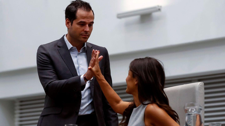 El portavoz de Ciudadanos en la Asamblea de Madrid, Ignacio Aguado, saluda a portavoz de Ciudadanos en el Ayuntamiento de Madrid, Begoña Villacís. (EFE)