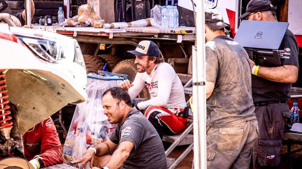 Foto: Fernando Alonso con sus mecánicos, mientras reparaban los desperfectos de la avería que provocó el abandono en la tercera etapa. (Fernando Alonso)