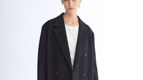 El abrigo básico negro que llevas años buscando está en lo nuevo de Massimo Dutti