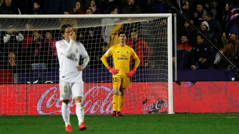 Courtois tras el gol recibido de Morales. (EFE)