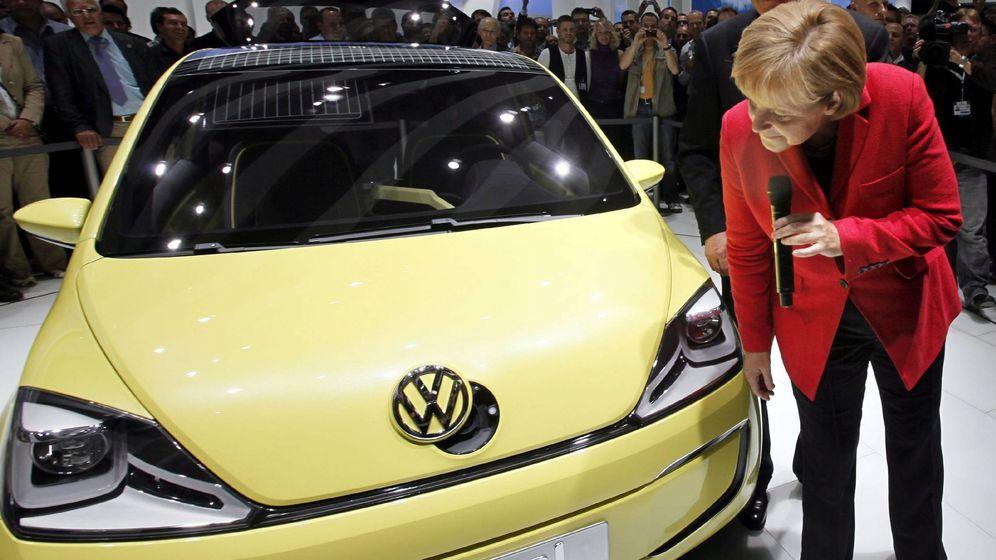 Foto: La canciller Angela Merkel observa un Volkswagen, en una imagen de archivo (EFE)