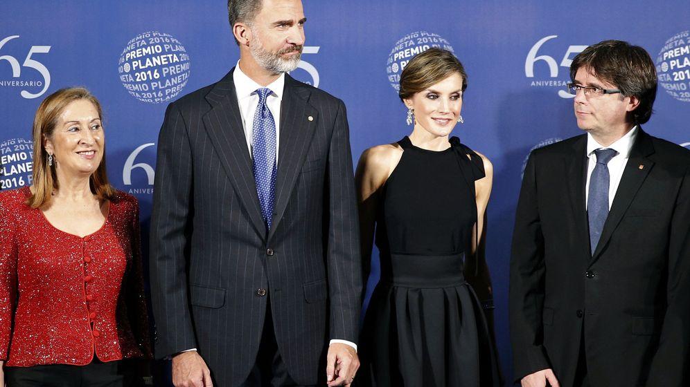 Foto: Ana PAstor, los reyes y Puigdemont, el año pasado en los Premios Planeta. EFE