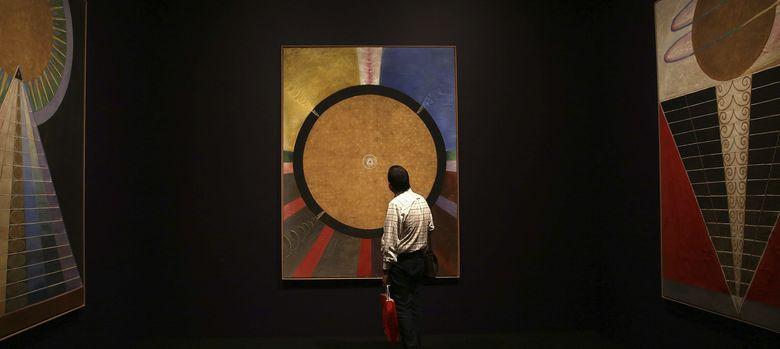 Foto: Un hombre observa la serie 'Retablos' de la artista sueca Hilma af Klint (EFE)