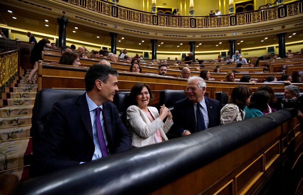 Foto: Pedro Sánchez, con la vicepresidenta, Carmen Calvo, y el ministro de Exteriores, Josep Borrell, este 27 de junio en el Congreso. (Reuters)