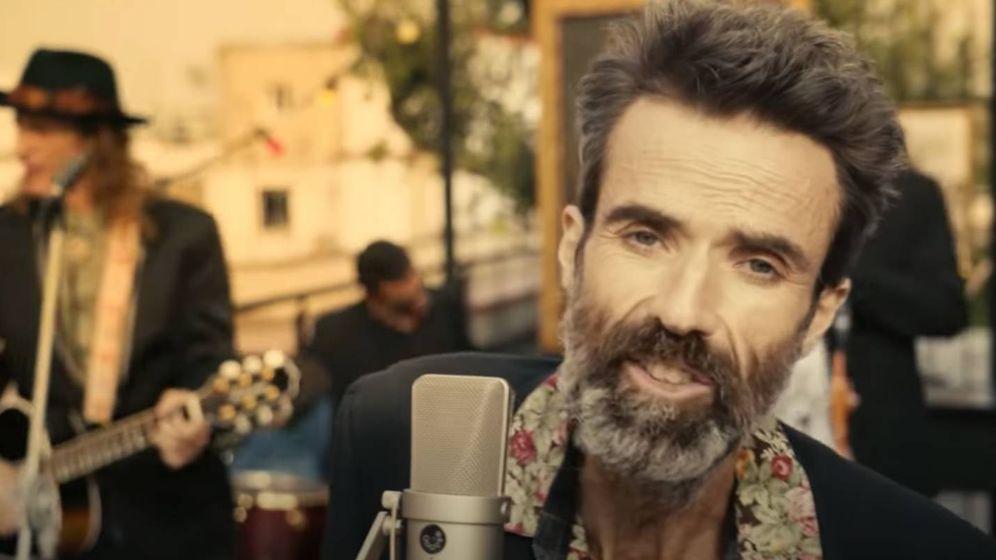 Foto: Pau Donés, en un momento del videoclip de 'Eso que tú me das'