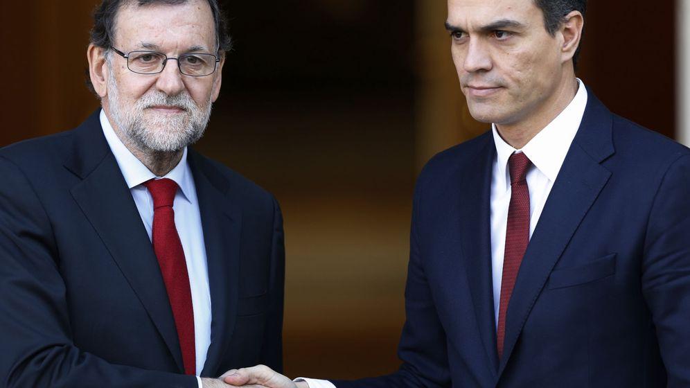 Foto: Rajoy y Sánchez se saludan antes de su reunión en Moncloa el 23 de diciembre. (EFE)