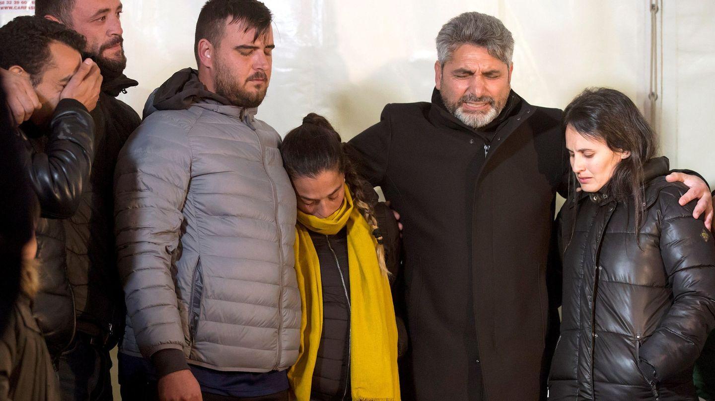 José Roselló y Vicky García (3i y 4i), padres de Julen, junto a Juan José Cortes (c), padre de la niña asesinada Mari Luz. (EFE)