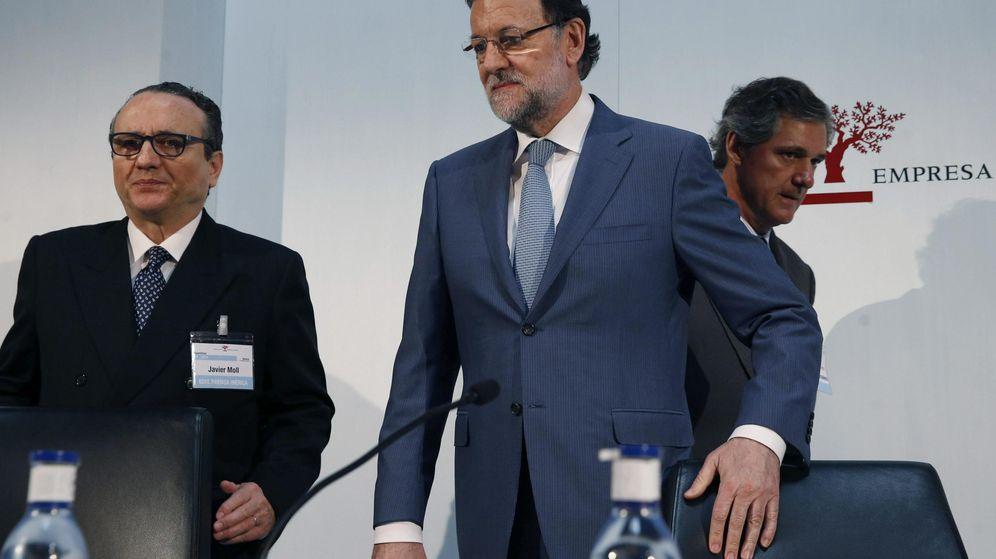 Foto: Javier Moll (i), presidente de Prensa Ibérica, junto a Mariano Rajoy (c), en un acto del Instituto de Empresa Familiar. (EFE)