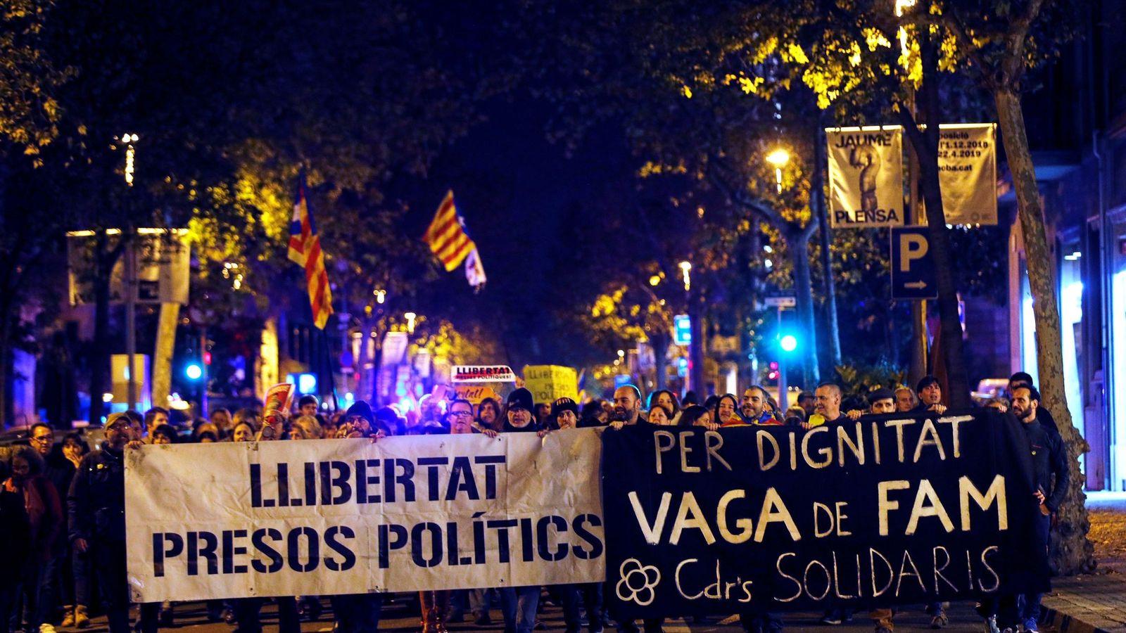 Foto: Activistas de los CDR cortan la Diagonal de Barcelona. (EFE)