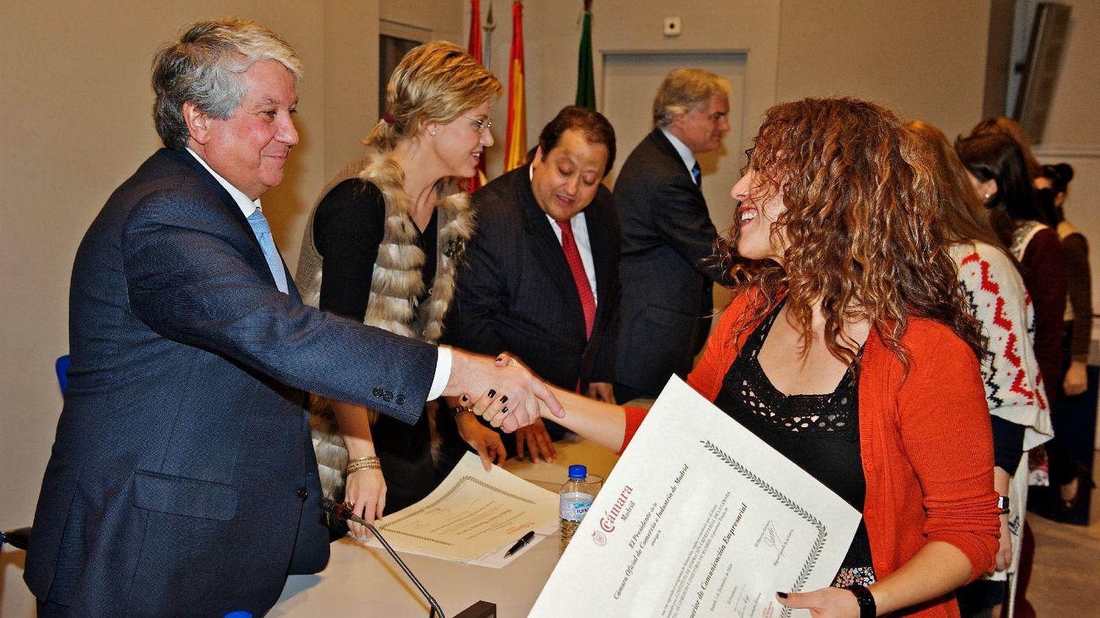 Foto: El presidente de la Cámara de Comercio de Madrid y de CEIM, Arturo Fernández, entrega los títulos que acreditan esta formación superior en 2010. (Cámara de Comercio)