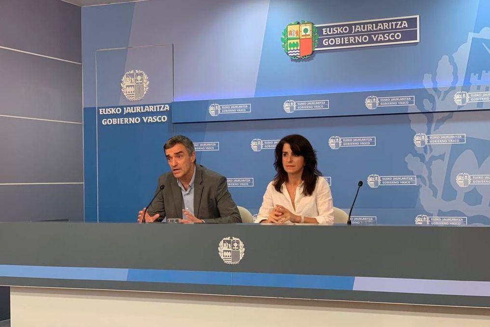 Foto: Jonan Fernández y Aintzane Ezenarro, durante la presentación del informe sobre las víctimas de la Guerra Civil en el País Vasco. (EC)