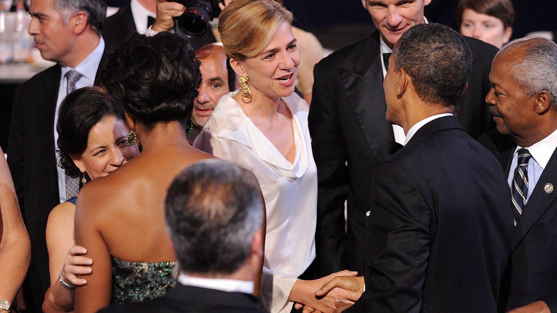 La infanta Cristina saluda a Barack Obama en presencia de su marido, Iñaki Urdangarin, durante su etapa en Washington. (EFE)
