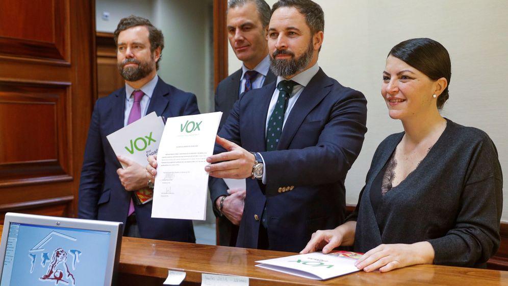 Foto: El presidente de Vox, Santiago Abascal, junto a los miembros de su grupo parlamentario, presenta una iniciativa para ilegalizar partidos independentistas. (EFE)