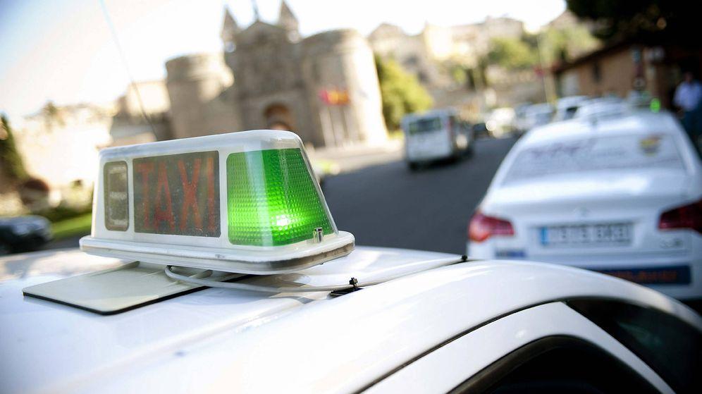 Foto: Vista de una parada de taxis en Toledo. (EFE)