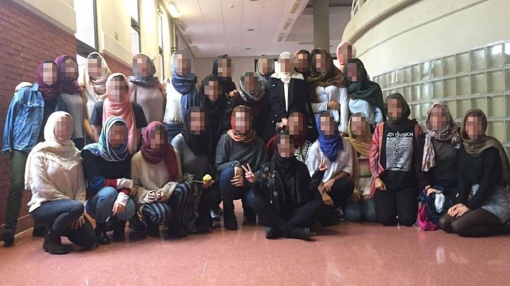 Foto: Las compañeras de Hana, posando con el velo en la UAM (Facebook)