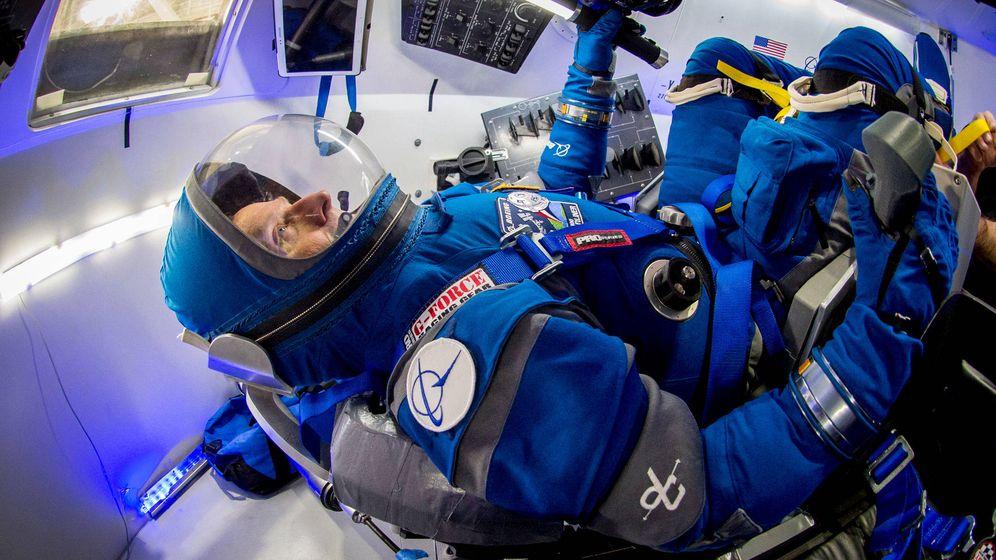 Foto: El antiguo astronauta Chris Ferguson prueba el traje dentro de una réplica de la cápsula Starliner. (Boeing)