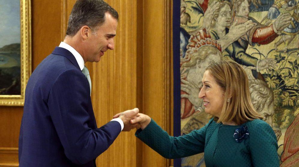 Foto: El rey Felipe saluda a la presidenta del Congreso de los Diputados, Ana Pastor, en el Palacio de la Zarzuela. (Efe)