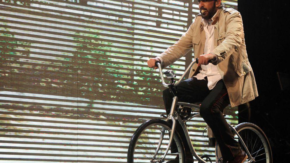 Foto: Juan Luis Guerra en una bicicleta en una presentación en República Dominicana