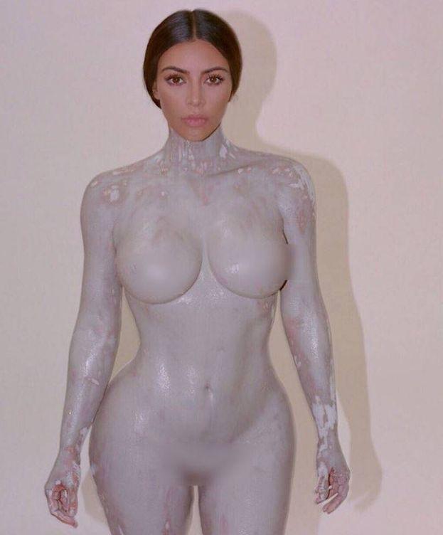 Foto: Una imagen de Kim Kardashian con el material del molde encima. (Twitter)