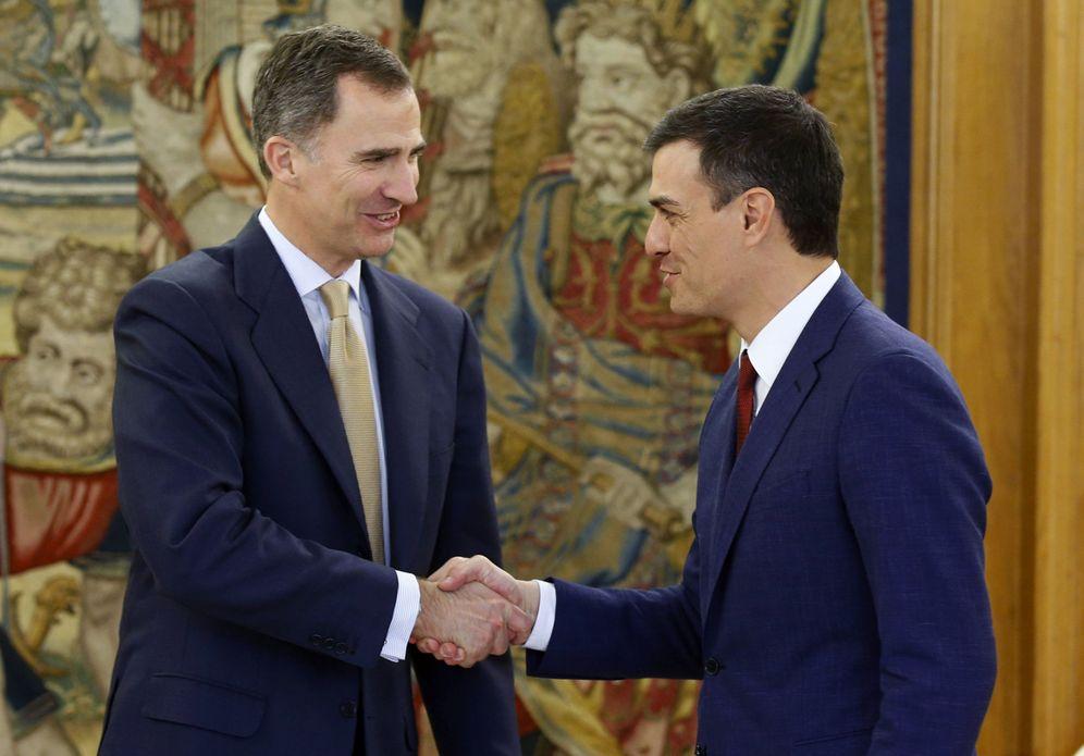 Foto: El rey Felipe VI recibe en el palacio de La Zarzuela a Pedro Sánchez, este 26 de abril. (EFE)