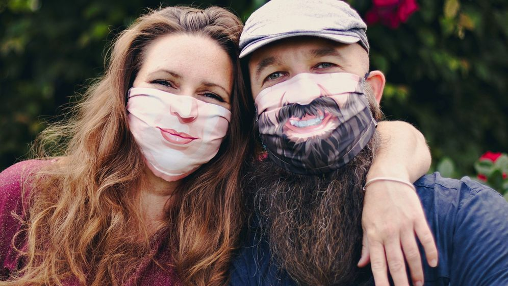 Foto: Mascarillas cool de los creativos belgas Annick De Geyter y Filip Bunkens que animan a ser tú mismo (EFE)