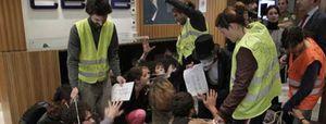 """Unos 40 jóvenes entran en la CEOE gritando """"manos arriba esto es un contrato"""""""