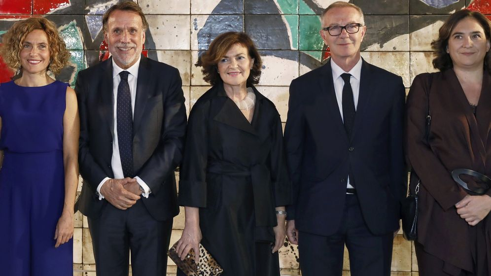 Foto: Los políticos posan con el presidente de Planeta, José Creuheras, antes de la entrega del premio. (EFE)