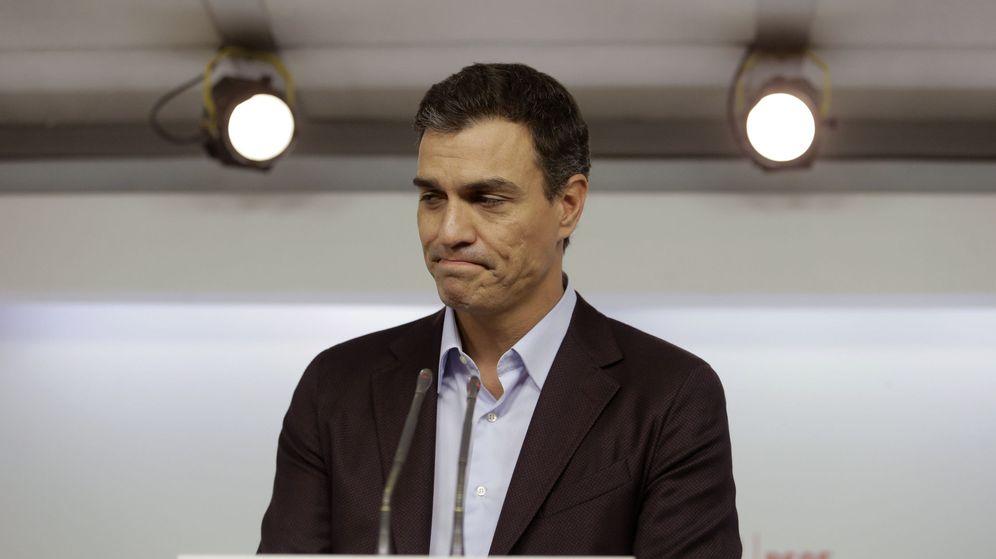 Foto: Pedro Sánchez, durante la rueda de prensa en la que anunció su dimisión como secretario general del PSOE. (EFE)